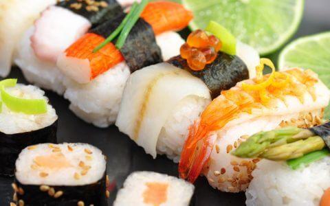 sushi_rolly_tmin_laym_krasnaya_ikra_krabovaya_palochka_moreprodukty_78880_2560x1440